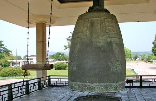 Korean Buddhist 'Emille' Bell (by Steve46814, CC BY-SA)